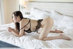女神奶瓶土肥圆 黑色蕾丝制服美腿图片