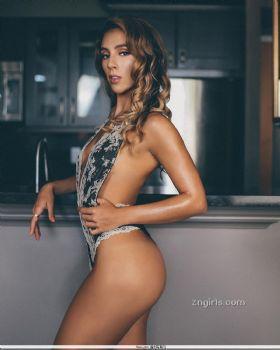 Maria Cavender- 躲暗处「脱衣使坏」失控啦图片