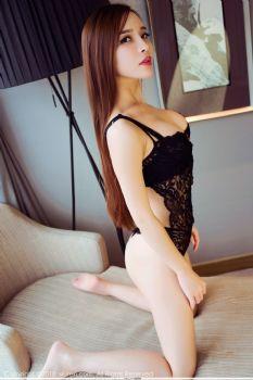直播网红艾小青 黑色蕾丝沙发翻滚图片